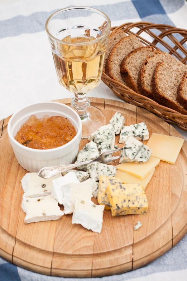 Chleb miodowy na zakwasie z deską serów i galaretką rozmarynową z chilli