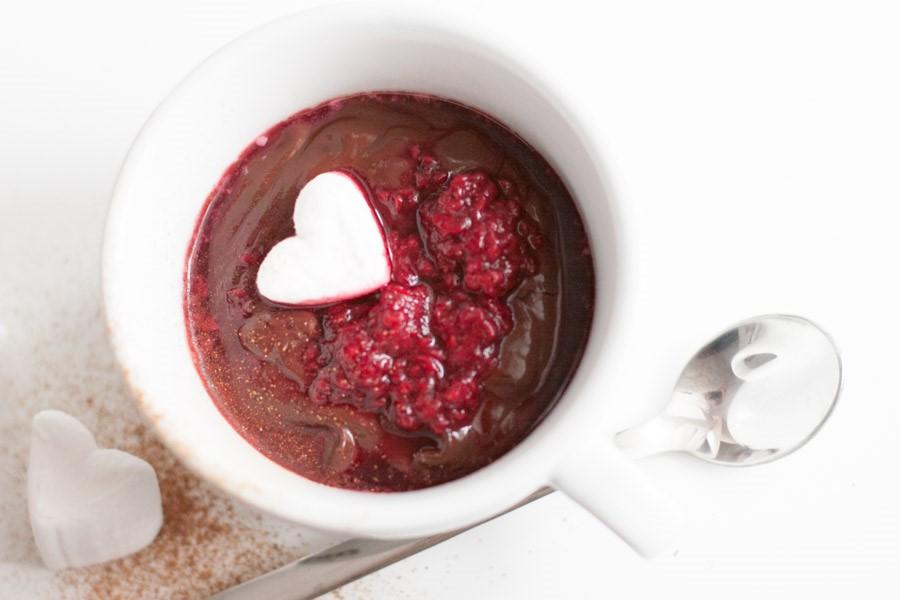 Rozgrzewająca gorąca czekolada z musem malinowym