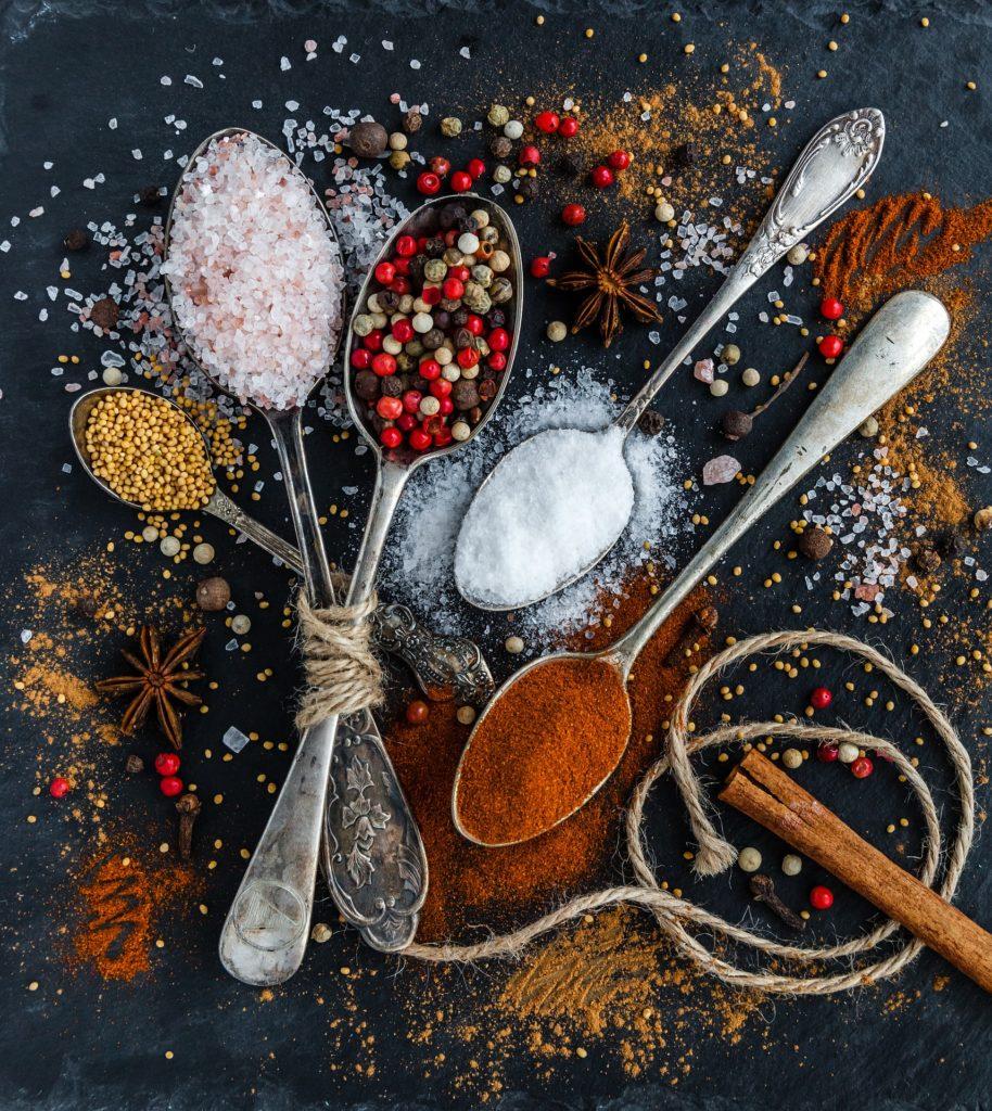 Czym zastąpić tradycyjną sól? Poznaj zdrowe zamienniki.