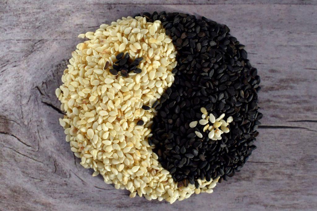 Sezam – jak jeść? Lepiej wybrać sezam czarny czy biały?
